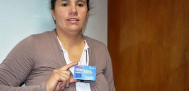 La presidenta de la Junta de Vecinos La Aguada Paola Valencia con su Tarjeta Vecino Olmué